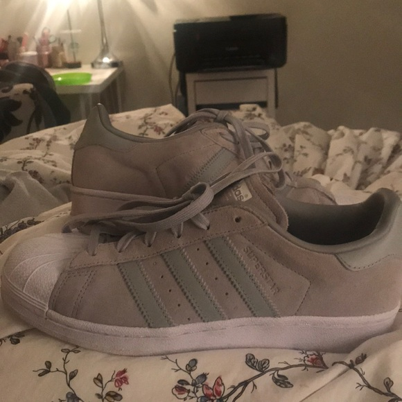 Adidas zapatos GRIS Suede Superstars tamaño 75 poshmark